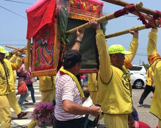 107年通霄鎮白沙屯拱天宮媽祖進香回鑾-建順為香燈腳們加油打氣